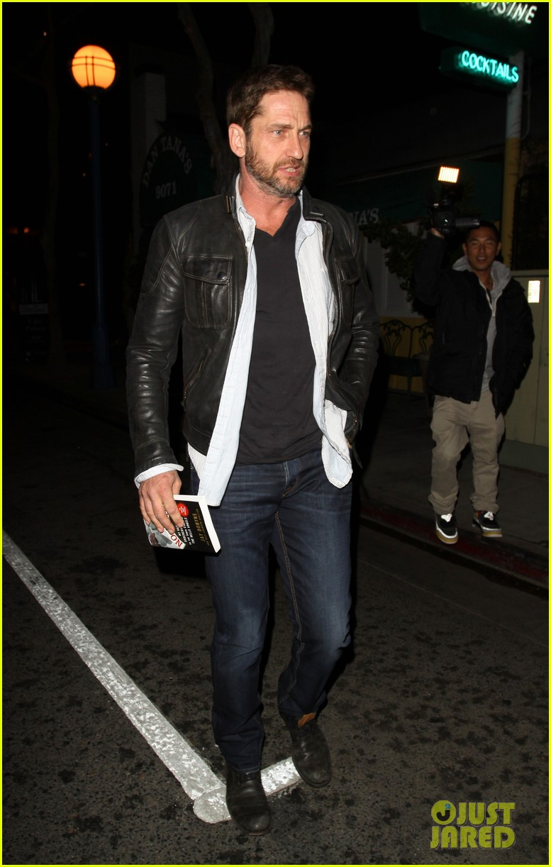 gerard-butler-brings-hells-angels-book-to-dinner-04